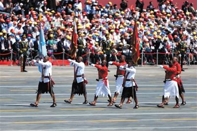 穿裙装的斐济代表队成了阅兵中最抢眼的步队之一。
