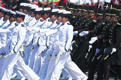 30名穿白衣的墨西哥女兵吸收了整场观众的眼光。