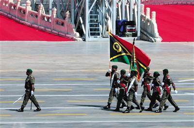 瓦努阿图代表队的领队是一名消防批示官,他也是本次阅兵中惟一受阅的救火员。 新京报首席记者 陈杰 摄