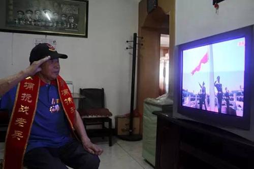 """92岁黄埔老兵刘自勖毕业于黄埔军校一分校18期步科。听到电视里解说词说道:""""有多少丈夫再也没回过家。""""刘自勖含着泪水说,很多战友在战场上永别。如今他还和一位在台湾的黄埔同学保持书信联系,""""我相信海峡那边的同学也一样会关注国家的阅兵,因为抗日的胜利属于中华民族。"""""""