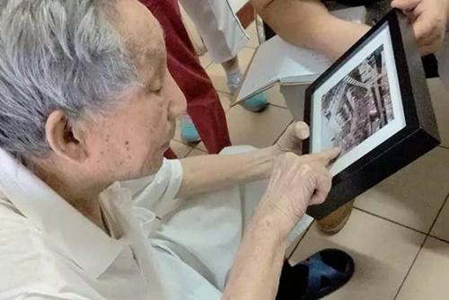 """老兵于文瑞1945年在国民革命军湖南芷江宪兵第十团任中尉排长。1945年9月9日,中国战区侵华日军投降签字仪式在南京举行。作为现场警卫,他站在会场签字台出入口,见证了签字仪式的全过程。于文瑞胸前戴着昨天刚领到的中国人民抗日战争胜利70周年纪念章。当行进在受阅方队最前面的国共两党抗战老兵乘车方队画面出现时,坐着凳子上的老人坚持站起来,抬起颤抖的手,在电视机前向曾经的""""战友""""致敬!"""