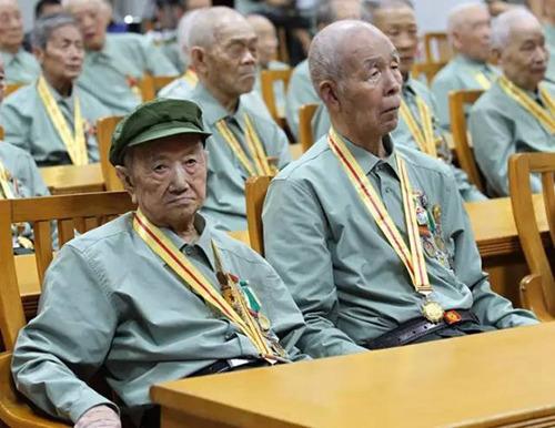 重庆警备区3日组织28名抗战老战士集体看阅兵。左边这位老兵叫龚成文,1916年出生,1933年3月参加红军,原涪陵军分区副司令员、顾问。右边这位老兵叫康吉庆,1925年出生,1939年1月入伍,1942年8月入党,原永川军分区副司令员。