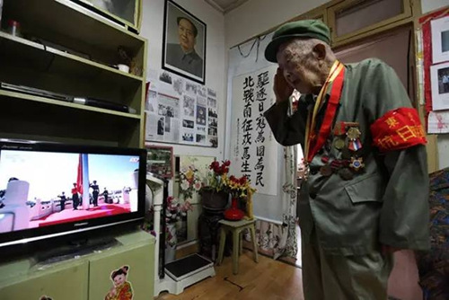 3日上午,湖北宜昌97岁抗战老兵陆保平早早地穿好军装,坐在家中电视机前等候阅兵,胸前挂满军功章。这位老兵1942年加入东北抗日联军。同年,抗联在苏联伯力整编成抗联教导旅,番号为苏联远东方面军独立第88步兵旅,陆保平随88旅在苏联驻扎3年。3日天安门广场升起国旗时,这位近百岁的老兵对着电视敬起军礼。
