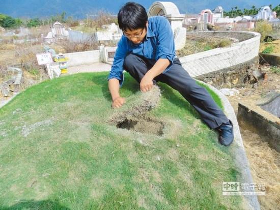 警方发现盗墓者常以镰刀切割草皮揪起后盗挖,呼吁扫墓时发现草皮有补丁痕迹,就要当心墓是否已被盗。台湾《中国时报》图