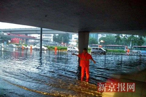 紫竹桥下积水状况。摄影 新京报见习记者 信娜