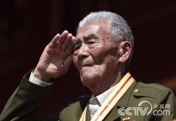 70年前,革新英雄在中华民族最风险的时分自告奋勇,冒着炮火行进,用血肉筑成国家的新长城。硝烟散尽,抗战老兵豪杰暮年,但昔时的铮铮铁骨却该当被每个国家人深入铭刻。没有70年前的他们就不会有如今的国家。