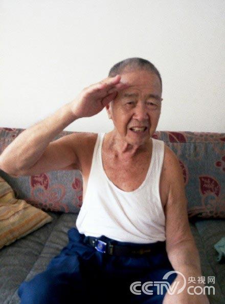 82岁白叟向老兵还礼