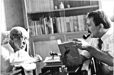 """到中国来,艾恺不得不""""连轴转"""",一遍遍重复谈论梁漱溟和儒家。8月25日上午,他获得""""中华图书特殊贡献奖"""",在此之后,他忙于演讲,接受媒体采访。当新京报记者访问他时,艾恺面前放着一罐啤酒,用来提神。在三联书店的读者见面会上,他""""抱怨""""说,睡觉前忘了关好门窗,结果一群中国蚊子冲了进来,他因此整夜不得安宁。"""