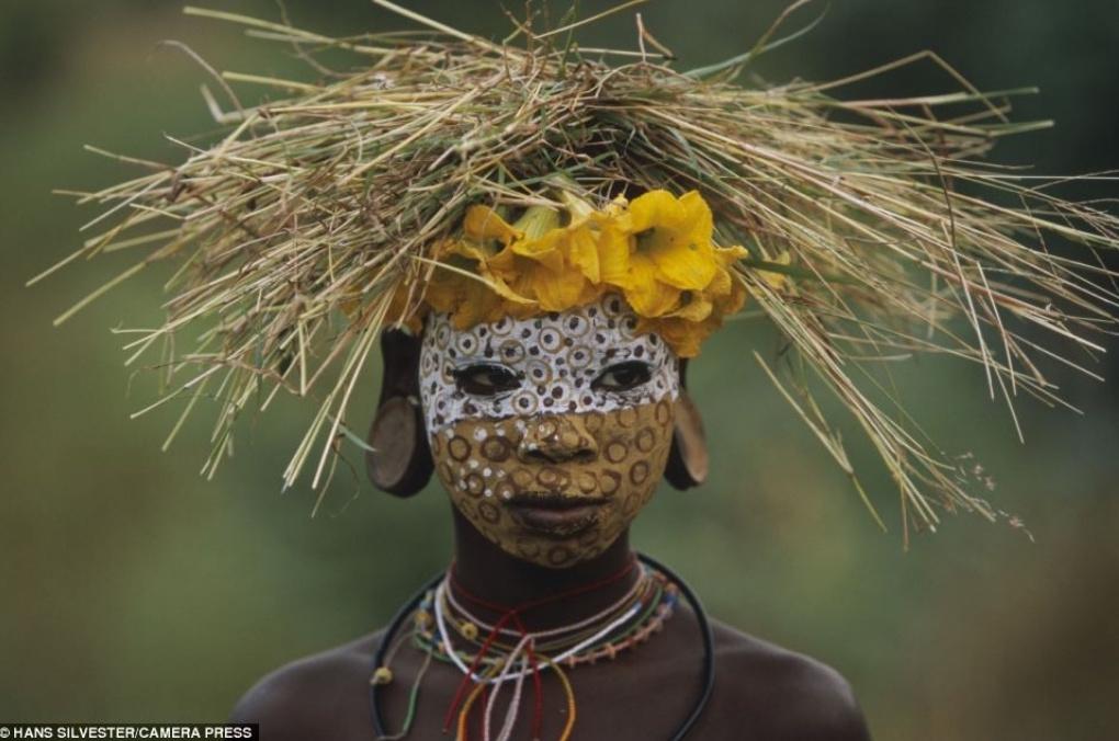 远离巴黎的红毯和米兰的T台,这些部落的人们生活在另一个时尚世界中在这里,你的衣着随大自然的变化而变化,每个季节都有不同的缤纷色彩,而你可以充分张扬你的个性。   Hans Silvester已经出版了两本摄影作品集:《大自然的时尚:来自非洲的部落潮流》(Natural Fashion: Tribal Decoration from Africa)和《埃塞俄比亚:奥莫河谷的民族》(Ethiopia: Peoples of the Omo Valley),两本摄影集均可在亚马逊上购得。   以上图片来源