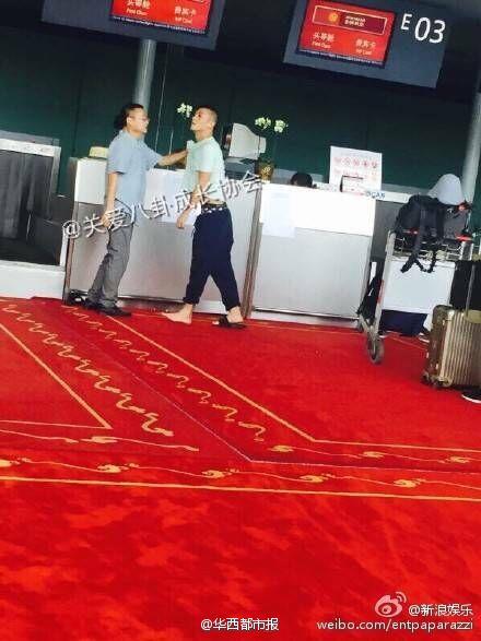 陈冠希机场与人起冲突 怒摔插队大叔身份证