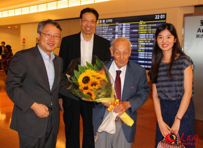 曹力军_人民网记者 刘军国 摄 0 中国驻日本大使馆外交官曹力萍向小林宽澄(左