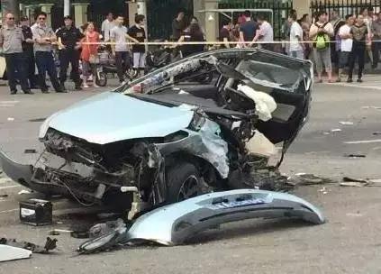 那就来看看这些图吧~   真实的感受的车祸图告诉你,车速过快发生了