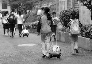 用拉杆书包的学生占了不小的比例 本版摄影 现代快报记者 赵杰(署名图片除外)