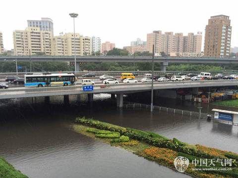 4日傍晚,紫竹桥下积水严重,双向主辅路全部无法通行,路面大量车辆滞留。(程成/摄)