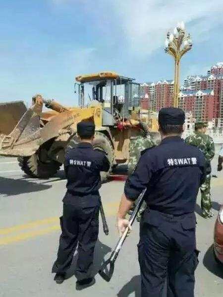 9月3日,山西朔州一男子驾驶着一辆黄色的装载机,在街上横冲直撞,将警车顶翻,有警察和行人被撞伤。