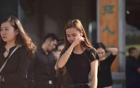 师生泪别周云露。