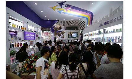 展区现场摆放了来自日本、韩国、德国、英国等全球知名品牌的保税商品。从母婴、美妆、个人护理到健康保健品应有尽有。
