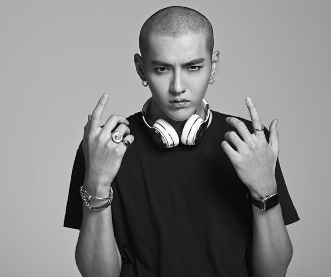 吴亦凡光头写真首曝光,帅气的面孔丝毫不惧怕发型的颠覆,彰显欧美嘻哈图片