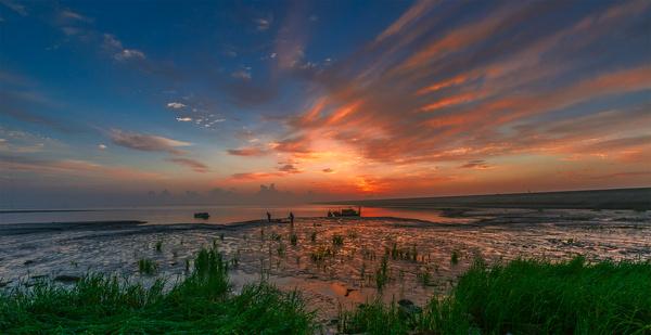 八月底,因去江苏南通的通州湾采风,有机会拍摄到一次美丽的海上日出.