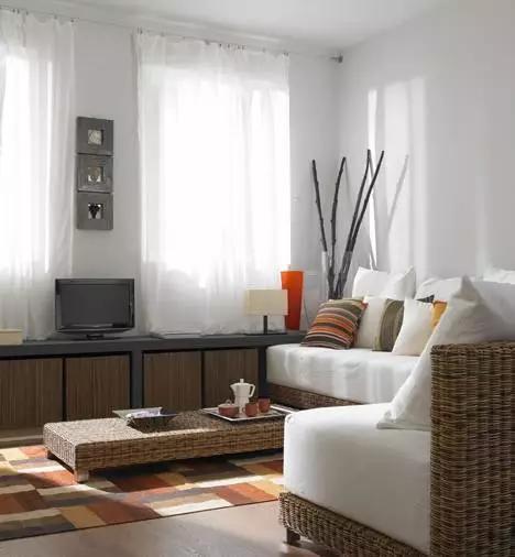 休息时只要将靠垫移开,沙发上铺上舒适的床品,客厅又可以变身临时睡眠图片