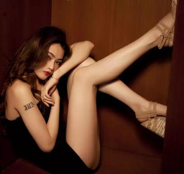 二、O型腿:膝盖无法贴近   在自然的站姿中,大腿贴近,但是膝盖无法靠拢,用力夹紧也无法贴近则为O型腿。   轻度O型腿:常态膝距在3厘米以下   中度O型腿:常态膝距在3-10厘米之间   重度O型腿:常态膝距大于10厘米   O型腿矫正方法   1.调整走姿   你可以这样做:走路时,学会重心放腿内侧。良好的走姿是身体直立、收腹直腰、平视前方,双臂在身体两侧自然摆动,脚尖微向外或向正前方伸出,跨步均匀。刚开始调整时可能觉得很别扭,有种不会走路的感觉,时间才长就自然了。   2.