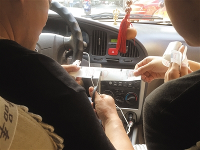 为了防止连号,他从两卷出租车空白发票中各剪下5张进行打印。这10张发票每张的车牌号都不一样,而且来自不同的出租车公司。