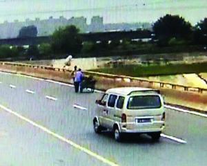 女子突然跳桥,当时潘老伯正好推着三轮车从桥上经过