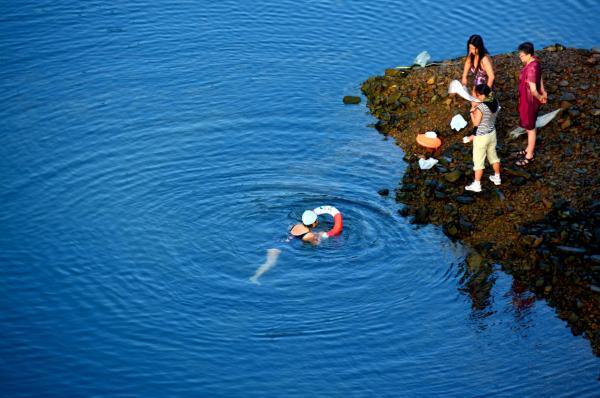 在千岛湖内泅水的市民 CFP 材料