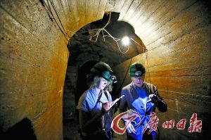 专家隧道里勘察岩石。