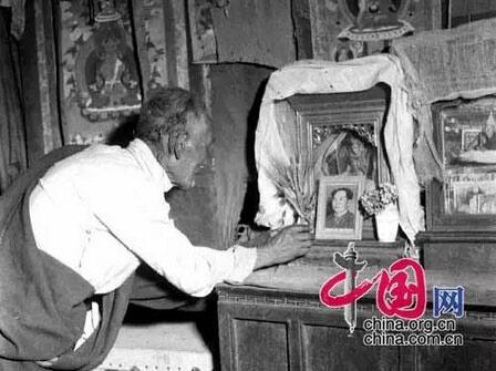 西藏班戈县县长扎南曾介绍,县里有一位牧民擅长绘画,1955年那曲发生罕见雪灾,那曲灾区在共产党的领导下积极抗灾,损失减少到最小,没有一人因灾死亡。这位画师绘制了一副画,画面是一位牧民向立于草原雪山之上的毛泽东像叩拜。
