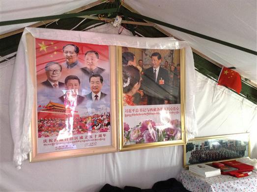 今年尼泊尔地震后,樟木受灾区,灾民帐篷内挂着五代领导人的画像