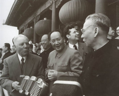 毛泽东和刘少奇等人在天安门城楼(资料图)