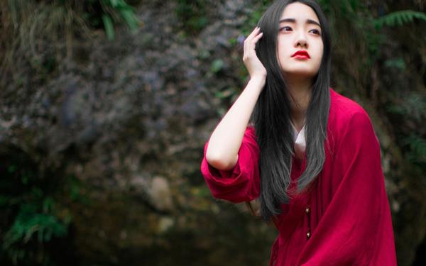 红衣古装妖艳美女溪边写真图片
