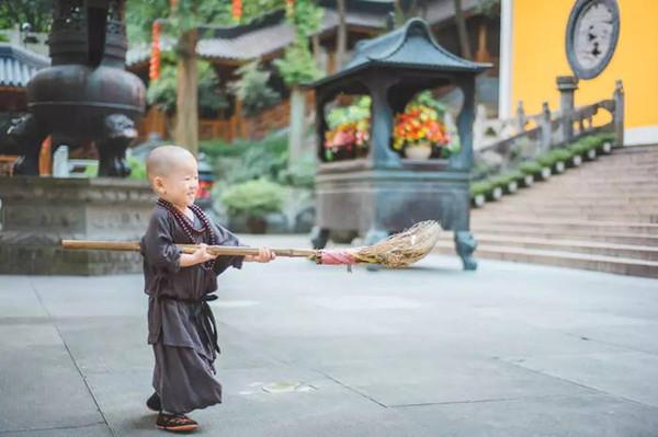 寺有个最萌 小和尚 年仅两岁萌翻路人