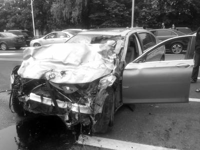 6月20日,江苏南京,宝马轿车撞击马自达2轿车后,马自达轿车撕裂,一男一女飞出后死亡。图/东方IC