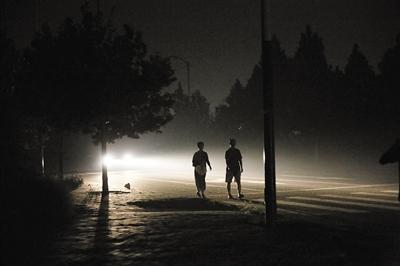 大兴区魏善庄镇一品嘉园社区多条路路线灯均不亮。8月31日晚,左近住民在暗中中漫步。