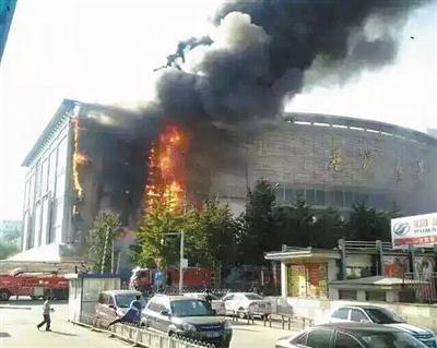 大兴区星城商厦起火,外墙400平米广告牌及6层200平米仓库过火。新华社发