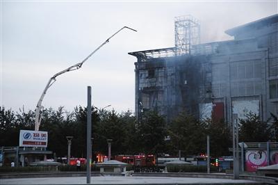 昨日下午,大兴区星城商厦发生火灾,消防人员在现场处置。 新京报记者 卢淑婵 摄