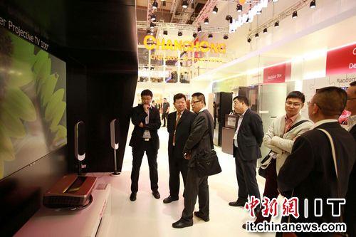 """在具有中國風的長虹展區,智慧廚房、智能溫控和燈控系統、CHiQ傢族全套傢電、105寸激光投影......一系列創新技術及產品吸引不少國際發燒友體驗。長虹公司副總經理、多媒體與數字營銷產業董事長郭德軒告訴記者,創新是長虹的NDA,所有的創新都""""以人為中心"""",這是9萬長虹人的共識。"""