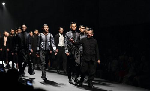 国际著名服装设计师,jiwenbo时尚机构艺术总监计文波先生,带来了其