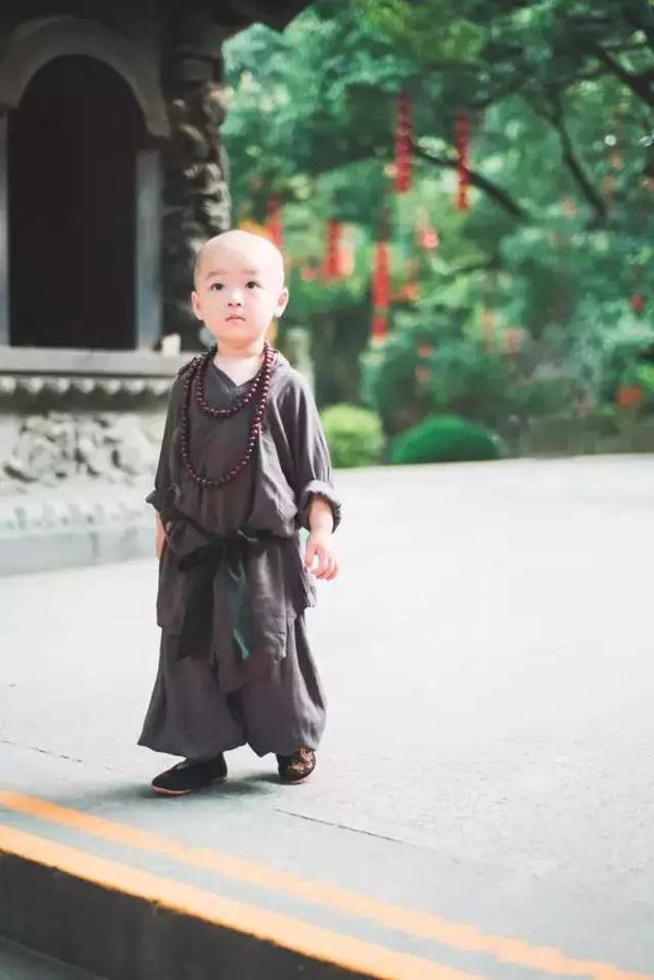 灵隐寺年仅两岁的最萌 小和尚
