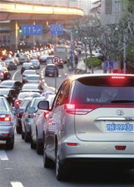 用时1年多的上海市第五次归纳交通考察成绩今天颁布,数值显现,本市核心城区路线拥挤水平有所好转。全市实有小客车总量已达320万辆,住民区夜间泊车缺口已超50%。