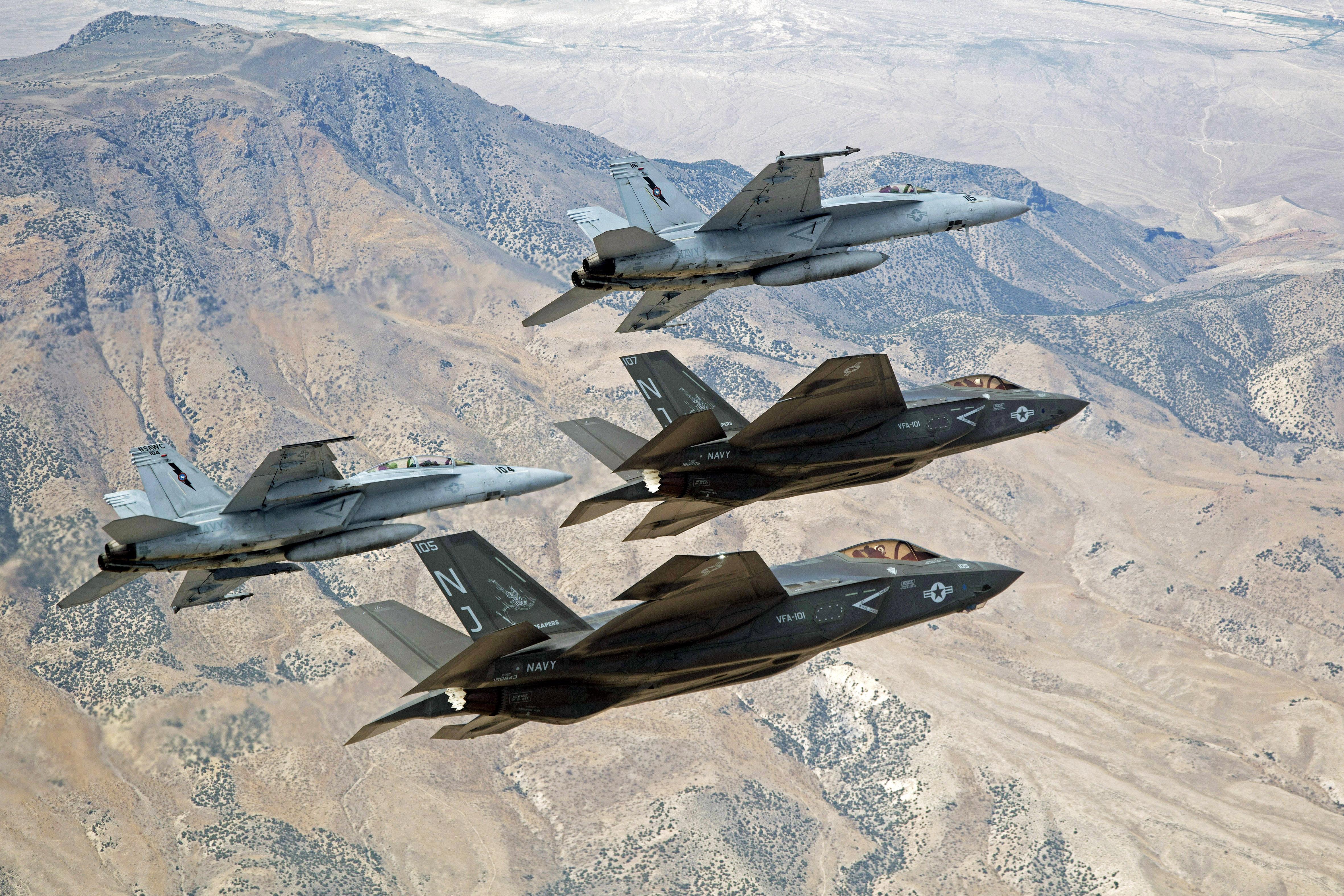 一男两女�:h�b�9�yf_2015年9月3日,美国海军f-35c闪电ii五代机与 f/a-18e/f舰载机飞跃内