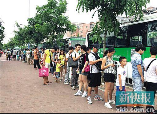 CC巴士假日免费送数千乘客出游,人龙和车辆都很有序。 新快报记者 张亮/摄