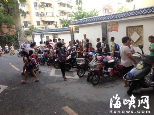 昨天下午4时许,仓山小学门口车来车往,一些家长和孩儿穿行窄路