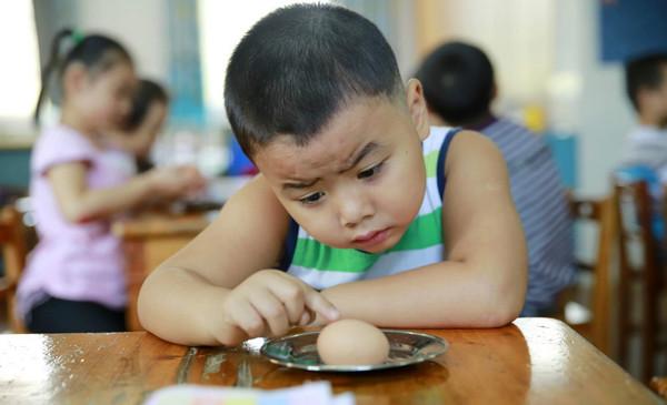 在幼儿园吃饭