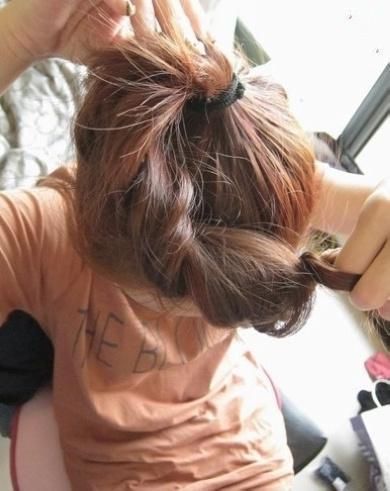 姐妹头发编一起的图片