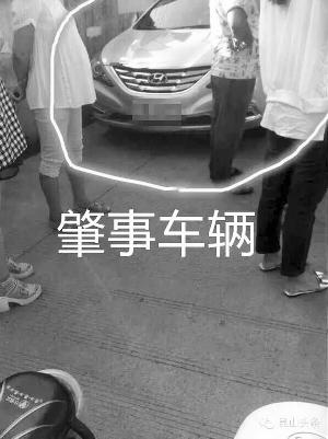 那是这辆当代轿车突开车门撞倒电动车母子
