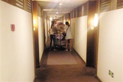 """昨日,崇文门太华公寓C座1720室,""""京韩医美""""4名工作人员整理了一车的""""物品""""搬离。新京报记者 彭子洋 摄"""