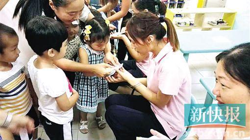 祈福新邨儿童园小班的法宝,用本人的小小手指印卡片为教师送节日祝愿。